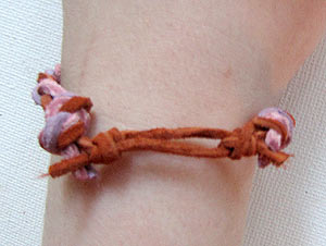 Make a friendshp bracelet with a sliding knot