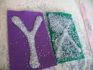 Shake off the excess glitter and put the letters aside to dry.
