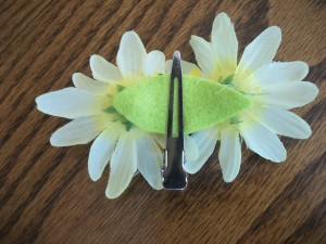 We put three flowers on this barrette.